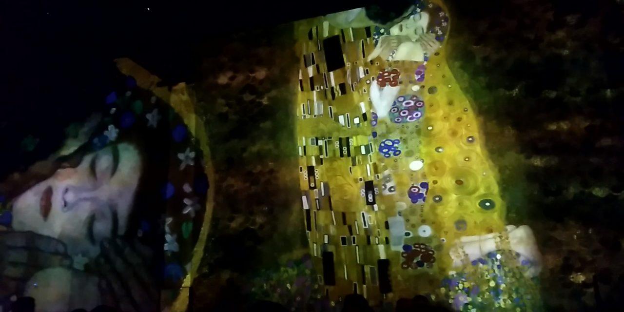 Klimt abraza París